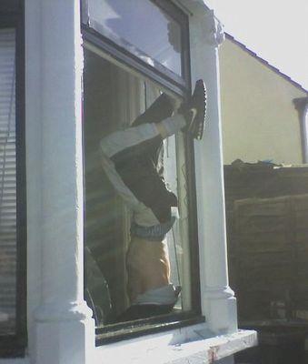 窓から泥棒が侵入→足が外れず逆さづり01