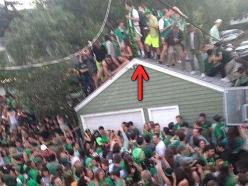 40人が屋根の上に乗って崩壊する00