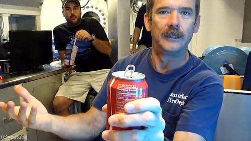コーラの缶を振ってから飲んでも大丈夫03