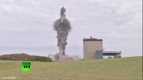 発電所の煙突破壊05