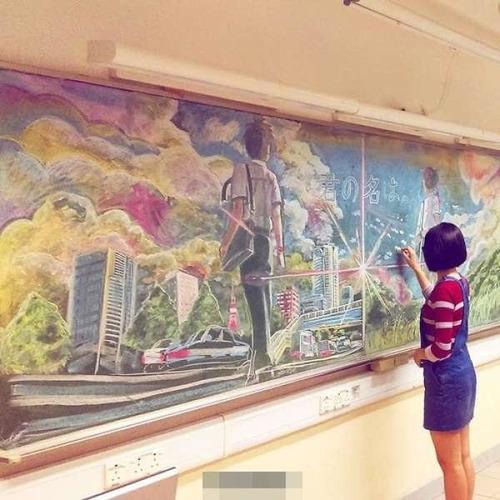 香港の女子高生が黒板に描くアニメ03