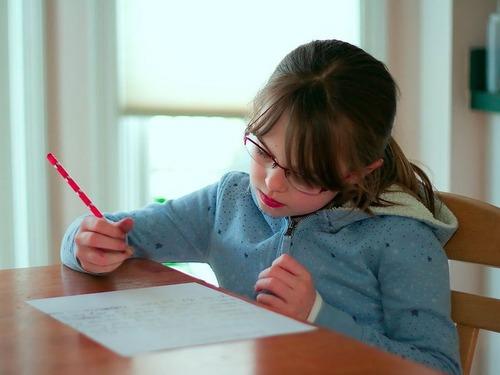 娘が宿題を終えるのを待っている私の姿00