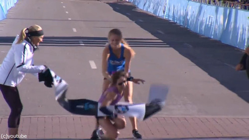 マラソンでゴール目前の選手が倒れる05