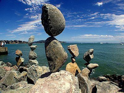 石や岩を見事なバランスで積み上げたアート01