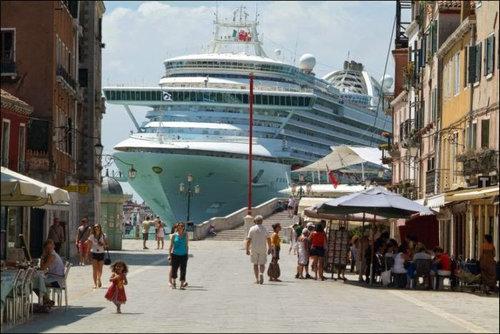 ベネチアの街中から豪華客船を見ると02