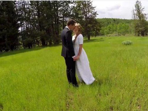 結婚する二人をドローンで撮影01
