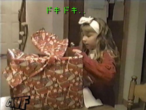 少女に子猫のプレゼント00