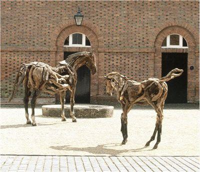 枯れ木で造られた馬のアート16