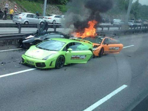 ランボルギーニ3台が燃える01