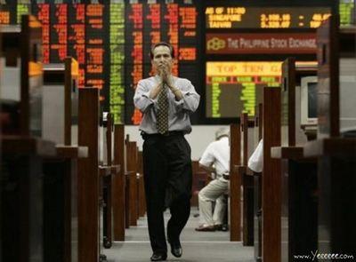 職場で嘆く男たち…金融危機の悲劇08