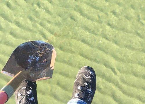 湖を歩く男02
