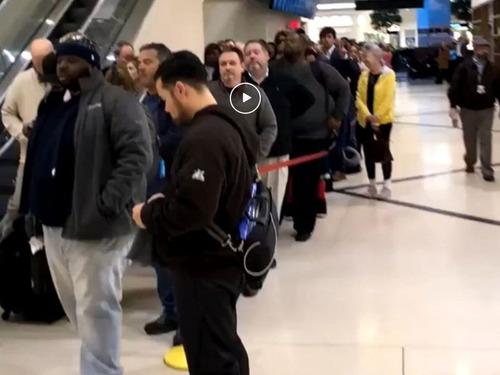 現在のアメリカの空港のセキュリティの列00