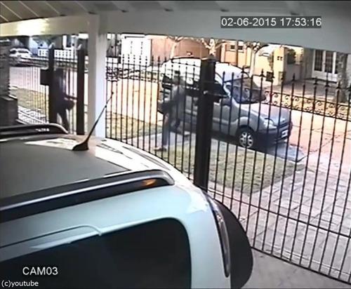 バイク強盗に襲われた女性、とっさの機転03