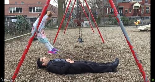 パパと娘のブランコ遊び03