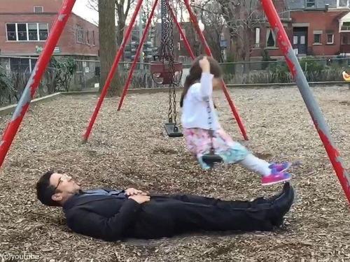 パパと娘のブランコ遊び00