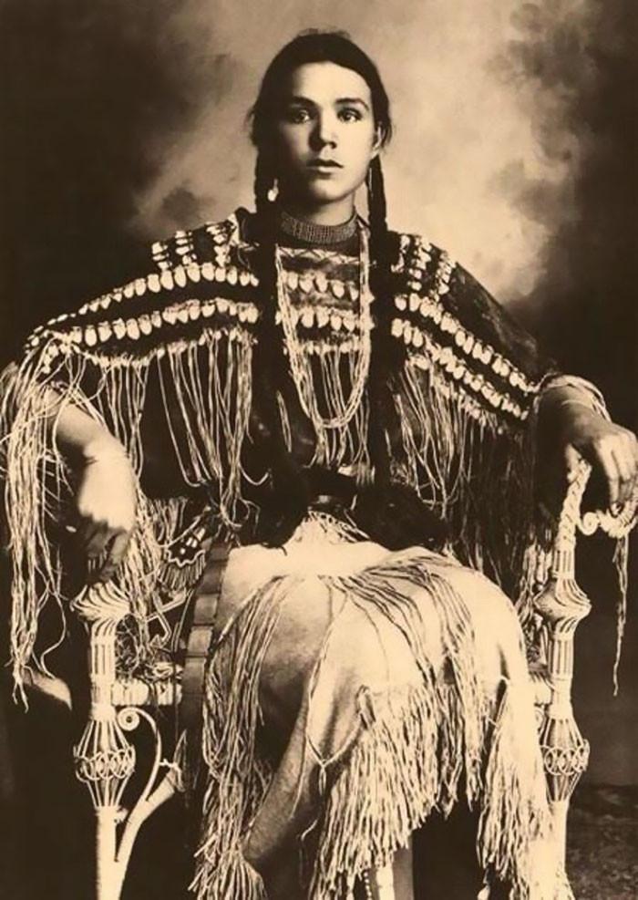 インディアンの10代少女たち…民族衣装を着た100年前の写真いろいろ : らばQ