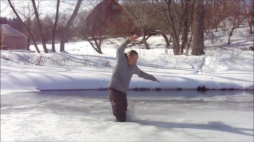 足元の氷が割れて落ちたときに這い上がる方法…01