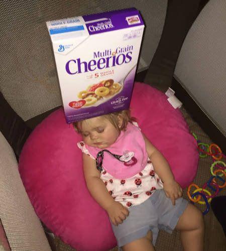 赤ちゃんの頭にシリアル積み12