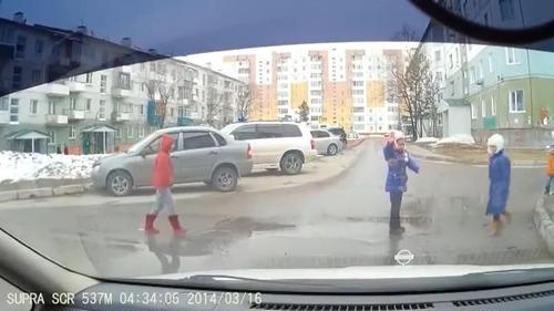とある子どもたちが道路を渡る風景02