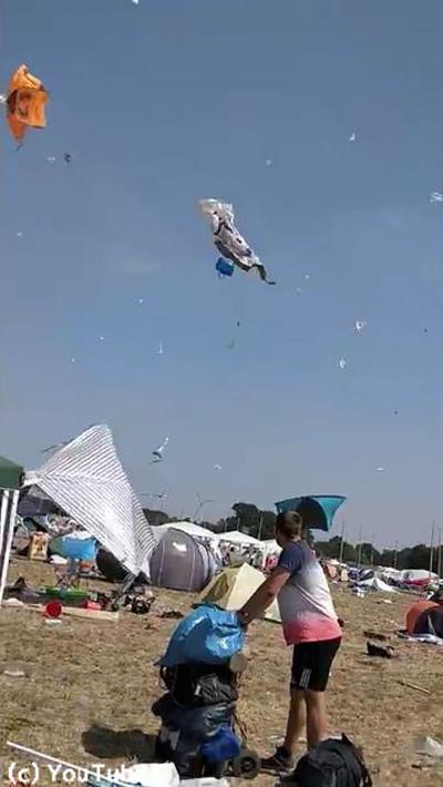ドイツの野外フェスでテントがふわふわ舞い上がる03