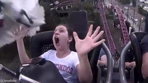 ジェットコースターに乗る少女を襲ったハプニング02
