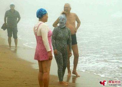 ビーチの視線を一身に浴びる斬新すぎる水着の女性06