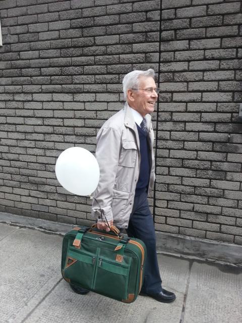こうするとスーツケースが軽くなるんだ01