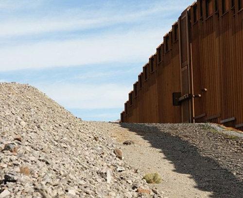 メキシコ国境のフェンスに車02