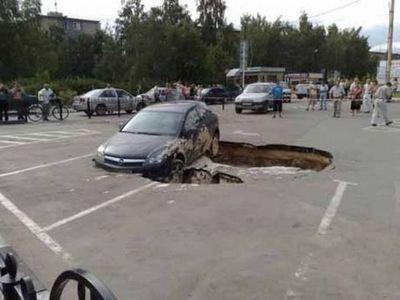 ロシアの駐車場で沈んでいく車00