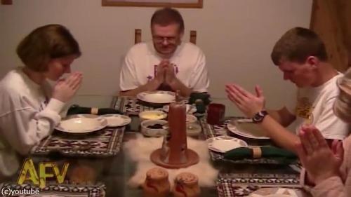家族の「お祈り」を見て愛犬は…01