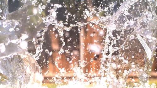 高温で溶けた「塩」を水に入れる10