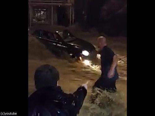 メリーランド州の大洪水、人間チェーンを作って人命救助01