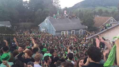 40人が屋根の上に乗って崩壊する02