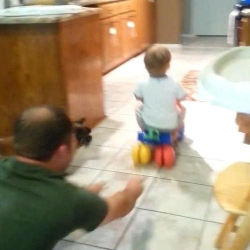 赤ちゃんをフェッチする犬01