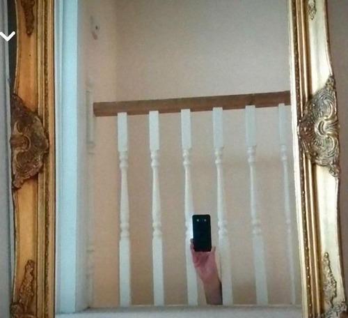 鏡の写真を撮っている人01