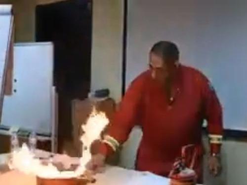 フライパンの油が燃えたときの消し方01