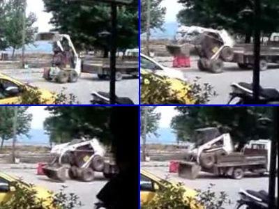 ショベルカーを自力でトラックに載せるトリッキーな技