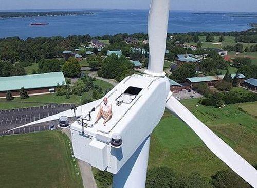 風力発電機の上で昼寝04