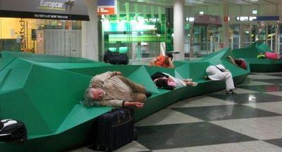 空港で眠りこける人々02