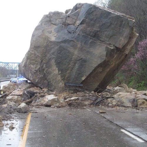 オハイオ州で巨石が高速道路に落下02