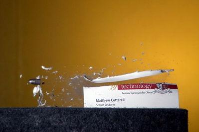 弾丸が紙1枚を貫通する恐るべき瞬間10