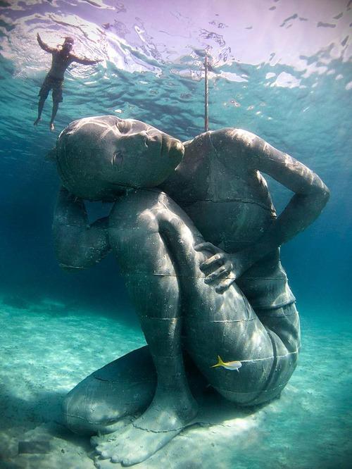 バハマには海中に5m以上の銅像がある01