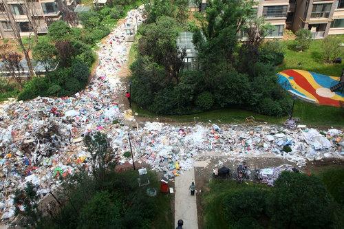 中国のマンションのまわりがゴミだらけ04