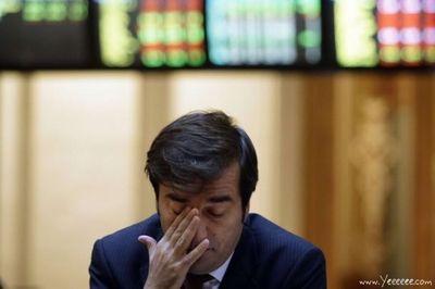 職場で嘆く男たち…金融危機の悲劇13