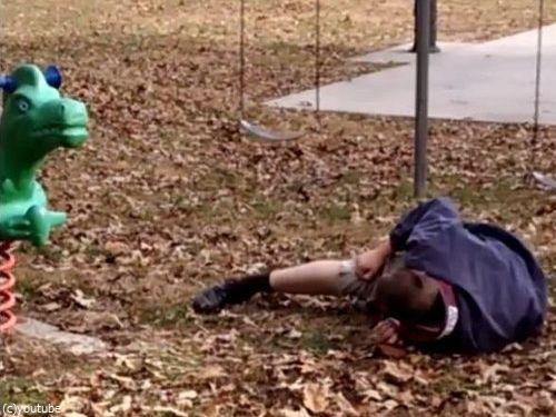 大人が公園の遊具で遊ぶべきではない理由06