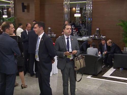 大事な会議はホテルのロビーで行われていた02