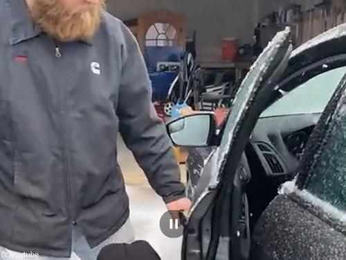凍結した車のドアを金づちで開ける02