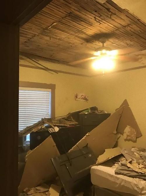 天井を突き抜けてテレビが落ちた01