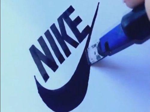 フリーハンドでロゴを描く人00