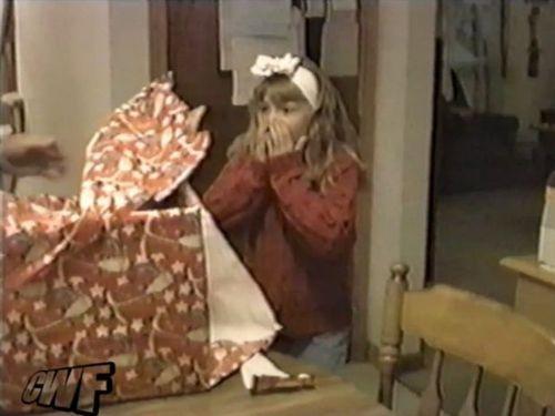 少女に子猫のプレゼント01